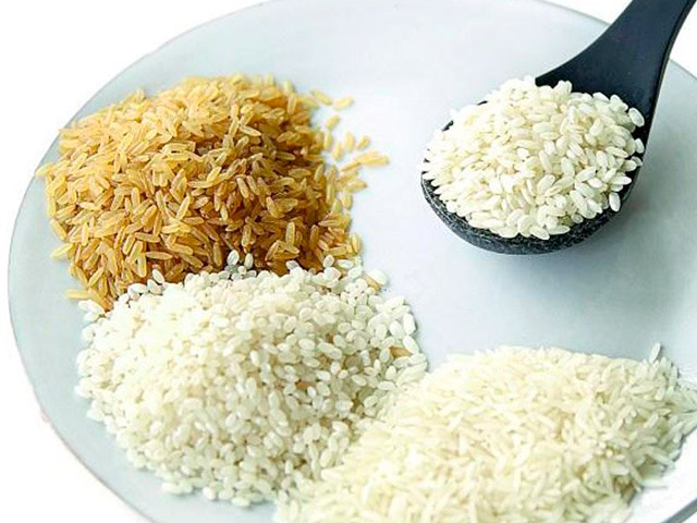 Разные виды риса на тарелке