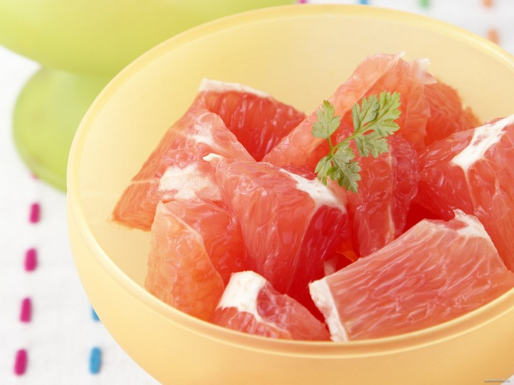 Грейпфрут в тарелке