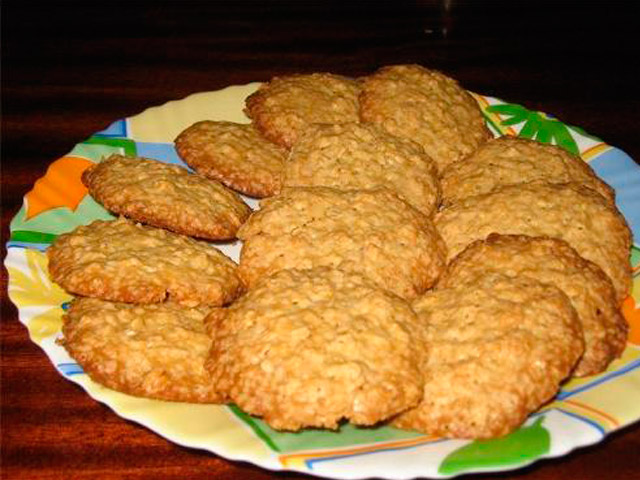 Печенье на тарелке для диабетиков