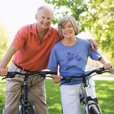 пожилые на велосипеде