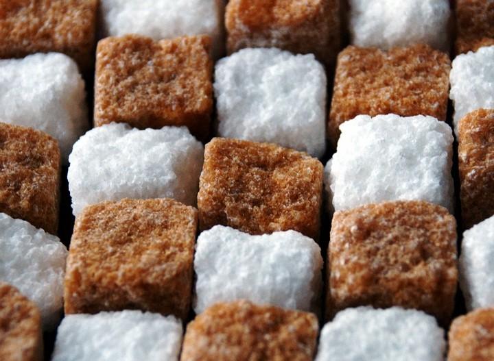 белый и коричевый сахар