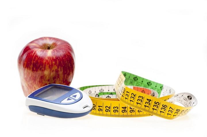 яблоко и глюкометр