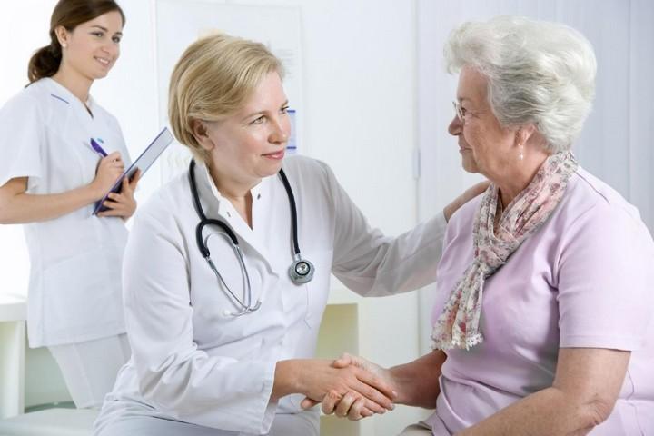 врач с пожилой женщиной